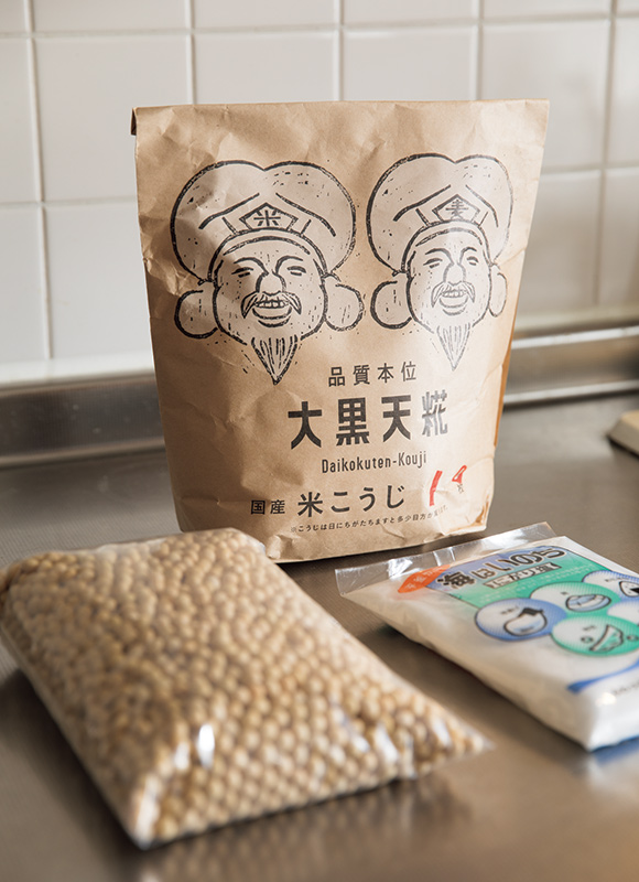 """画像: 友人でもある「五味醤油」から取り寄せた米麴、大豆、塩がスタンバイ。フォトジェニックな大黒さまのイラストがかわいい。「五味醤油」では、""""手前みそキット"""" も販売している"""