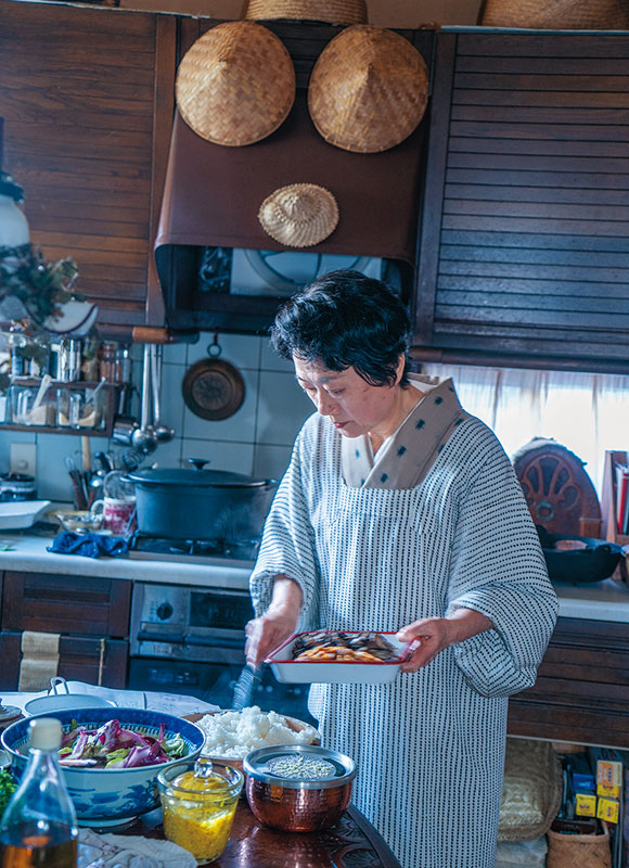 画像: キッチンにて支度をする横山さん