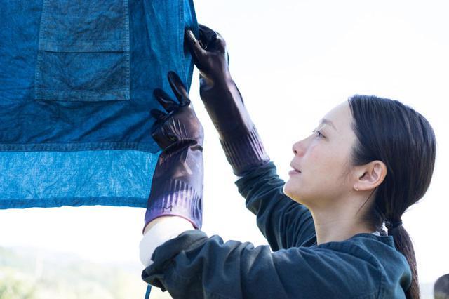 画像: 奄美大島に「泥染め」の工房を訪ねて|foodremedies 長田佳子さんが体験する、古代天然染色の世界 - 天然生活web