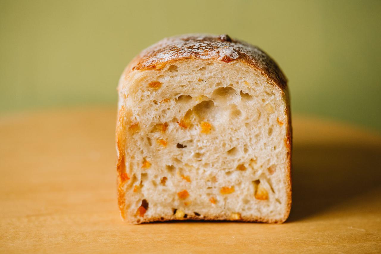 画像: 「フランス食パン」がまだなかった頃、高齢のお客さんから「私でも食べられる柔らかいパンをつくってほしい」とリクエストされて考案した「オレンジフランス」。しっとり柔らかな生地に、爽やかな伊予柑ピール入り