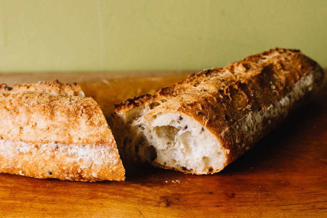 画像: 雑穀が入ったフランスパン「雑穀フランス」。粉の風味と雑穀の香ばしさが溶け合い、噛むたびに旨味が広がります