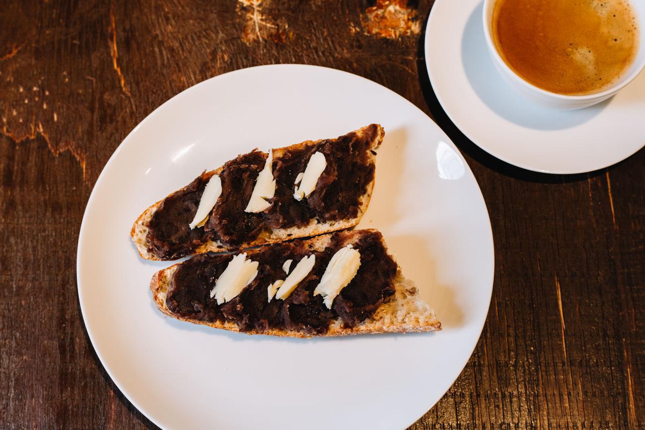 画像: 「あんバター」は近所の店の自家製あんこを使用。パンの旨味を、あんこの甘さとバターの塩気が盛り立てます