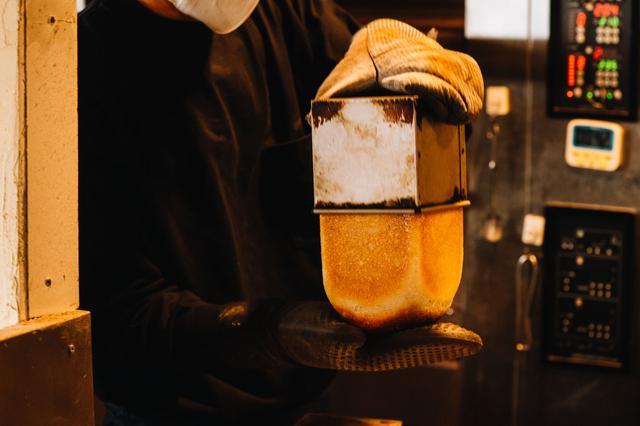 画像: パンが最も多く並ぶのは、10時の開店時。フランスパン生地でできた「フランス食パン」だけお昼頃焼きあがります