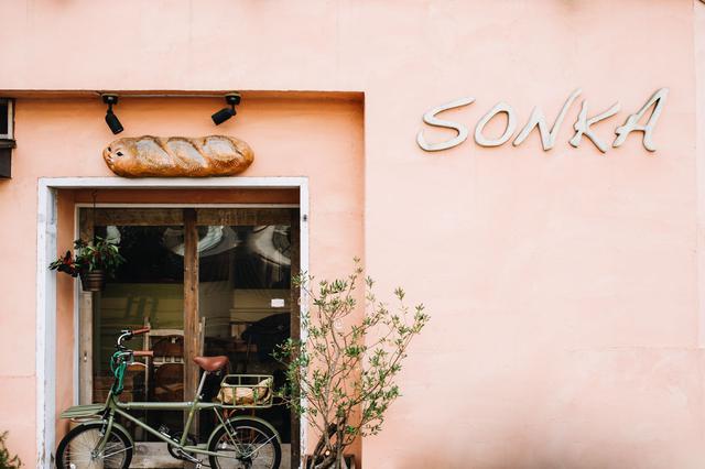 画像: 五日市街道沿いに佇む。可愛らしいピンクの壁が目印です