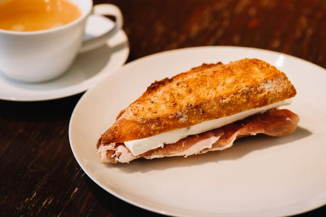 画像: 毎日8種類ほど用意されているサンドイッチは、注文が入ってからつくります。定番人気は「生ハムとクリームチーズ」