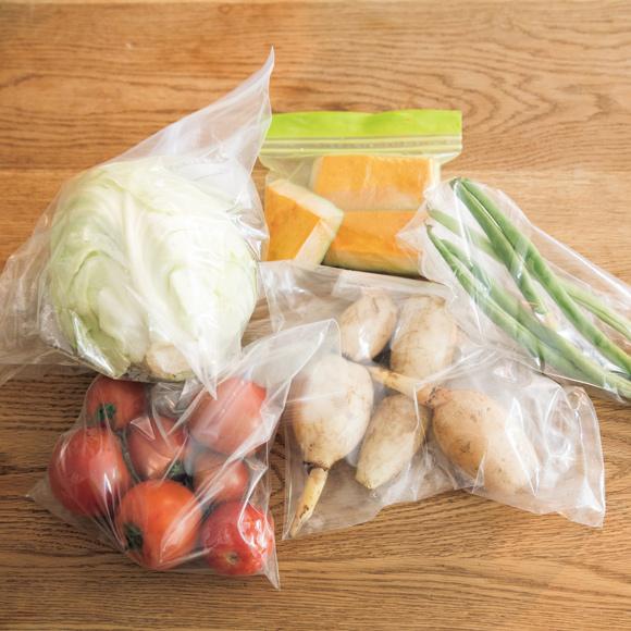 画像: 野菜は密封袋に入れて 宅配で届いた野菜は、乾燥を防ぎ、持ちをよくするために袋を入れ替え、冷蔵庫で保管。堅いかぼちゃなどは、使いやすいサイズに切っておく