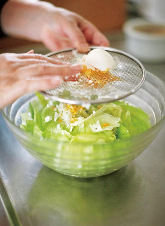 画像: 「当時3歳だった息子に教えた最初の料理が、ミモザサラダ。簡単だけれど、サラダの基本がこのひと皿に詰まっています」