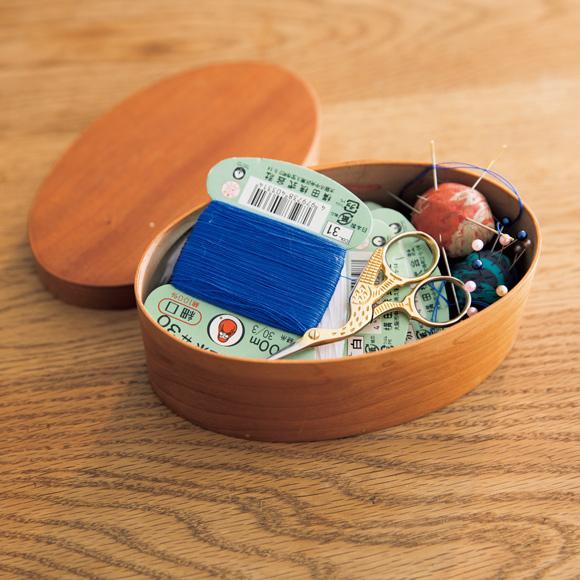 画像: コンパクトなお裁縫箱 針と糸、糸切りばさみが収まった、井藤昌志さんのオーバルボックスがセキさんの裁縫箱。ミニサイズなので、さっと取り出しやすい