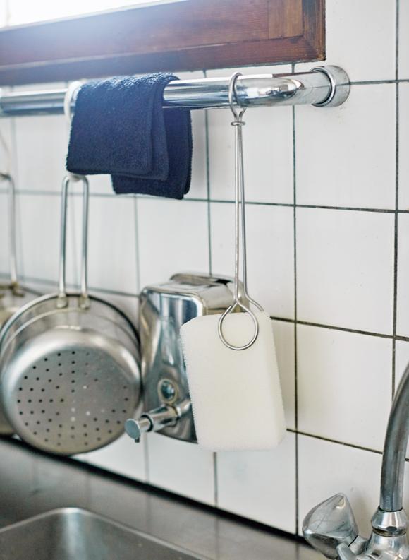 画像: 以前、百貨店で購入した海外製のトングを改造してスポンジホルダーに(写真 5 )。水切れがよく、清潔に保てる