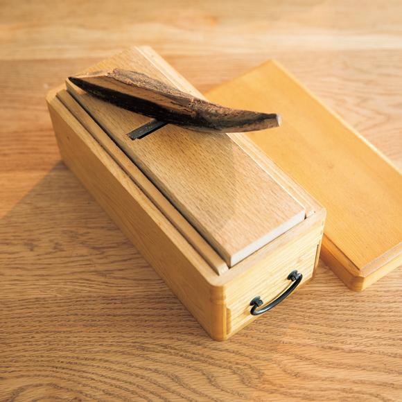 画像: だしは、かつお節削りから お味噌汁をつくる直前に、かつお節を削る。削りたてだと香りも豊か。「段取りをしておくから、削る余裕が生まれるのかもしれませんね」
