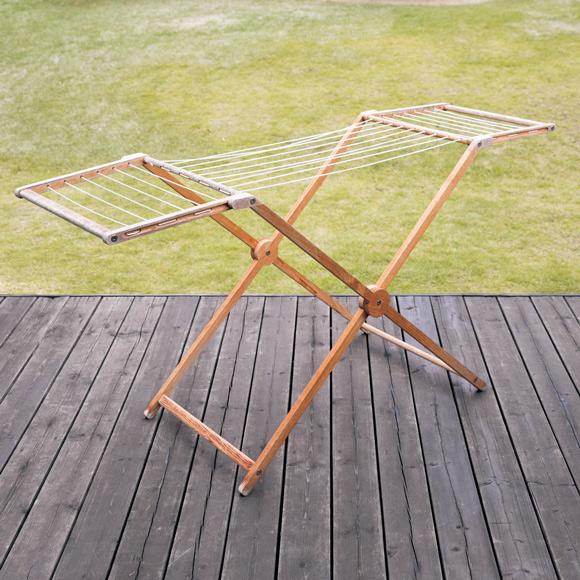 画像: ドイツ製のもの干し台 結婚当初から愛用しているという、木製の折りたたみ式のもの干し台。見た目も美しく、面倒な洗濯干しも気分よく進めることができる