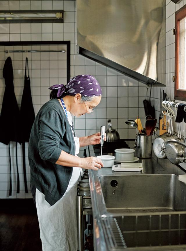 画像: すみずみまで掃除が行き届いたキッチン。家族や来客も気軽に立てるよう、道具の配置や細かな収納まで考え抜かれている