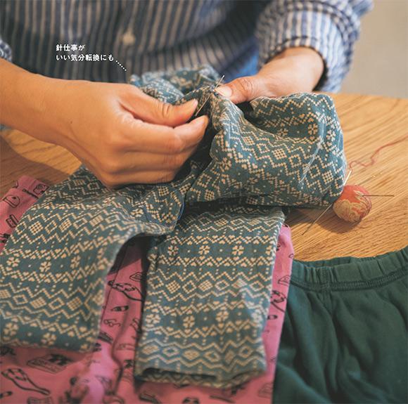 画像: 08:30 子どもの服の穴は見つけたらすぐ繕う
