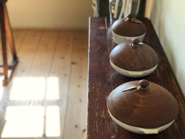 画像: 村上直子さんの耐熱の器。奥がグラタン皿、手前ふたつが「浅PAN」といって、ひとり用の小鍋のようなもの