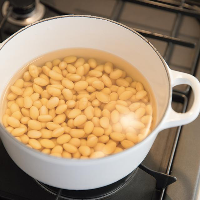 画像: 前夜にもどした豆を煮る 新豆が出る秋から冬にかけて、食事にも登場することが多い豆。とくに大豆が好きで、一度に½袋分をゆでて2~3日で使いきるように。