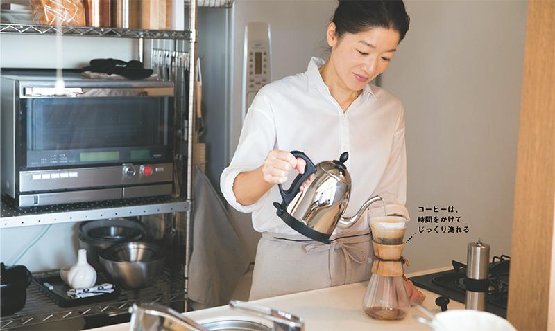 画像: 07:20 コーヒーの豆を挽き、ドリップする