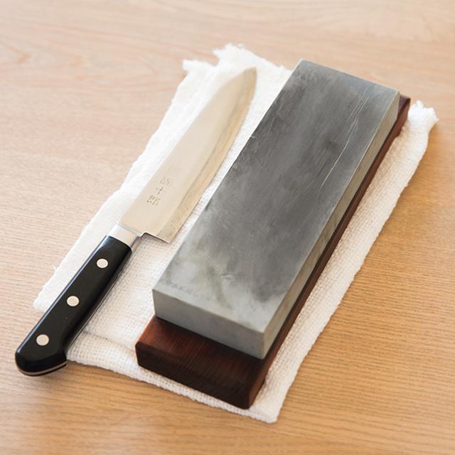 画像: こまめに包丁を研ぐ 「切れ味が落ちたな」と気づいたときに、砥石を使って包丁研ぎ。こちらも、気づいたらそのつどとりかかると、ストレスなしに料理ができる。