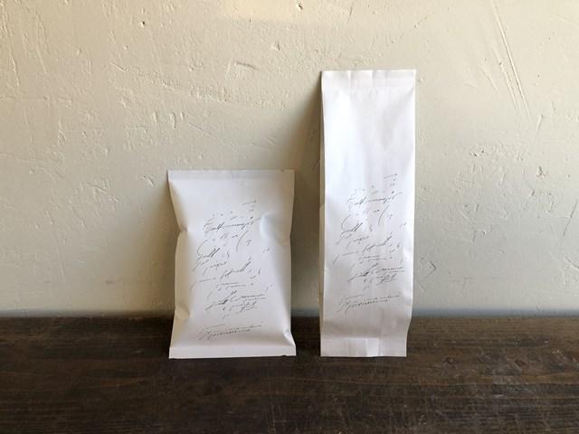 画像: 夫が焙煎するコーヒー豆(屋号は「jyunitsuki coffee」)も販売。スペシャルティコーヒーを、酸味がまろやかになるように焙煎しています