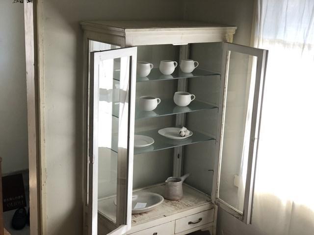 画像: 器を並べる棚やテーブルは、ほとんどがアンティーク。懇意にしている福岡の古道具店「古物屋nibbles」を招いて、古道具市を年に2回開催しています