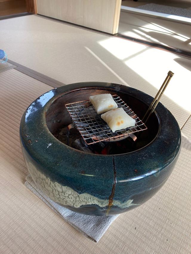 画像: 家に残されていた火鉢でお餅を焼いてみました。火鉢初体験。