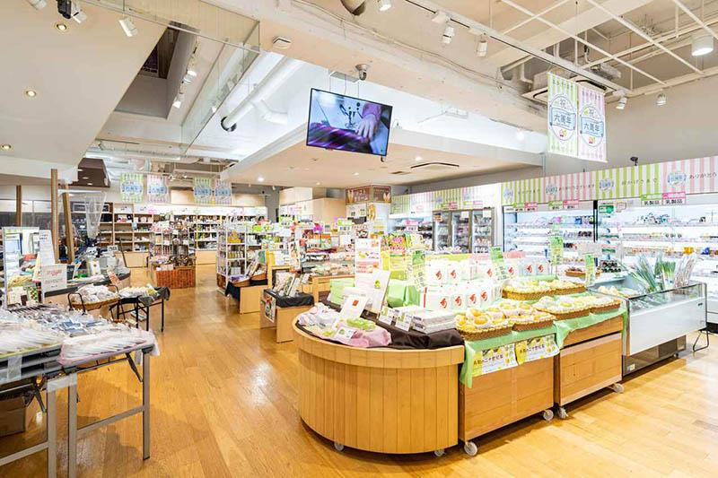 画像: 果物や野菜、お菓子、特産品、工芸品など、岡山県自慢の逸品が充実しています