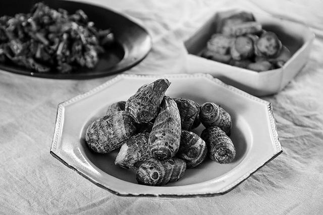 画像: 取材時にご用意いただいた料理。手前は、新潟・佐渡の「八幡芋」をふかしたもの。もちもちした食感で、後を引く