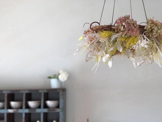 画像: 天井には素敵な花の飾りが。店のアニバーサリーに合わせて、お友だちの花屋さん「Lierre」につくってもらったもの