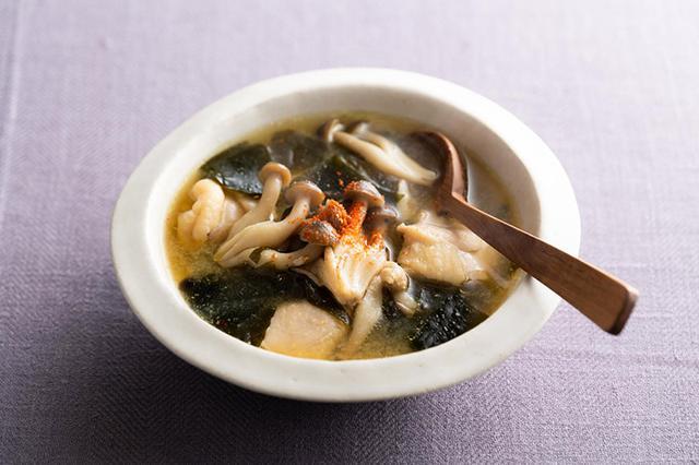 画像: アレンジ1 鶏もも肉とわかめ、しめじのみそスープ