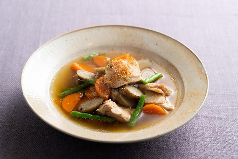 画像: アレンジ2 鶏もも肉とごぼう、にんじんのみそけんちんスープ