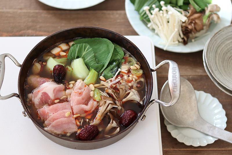 画像: 疲労回復によさそうな野菜やお肉たっぷりの鍋。食材の種類が多くてもスピーディーに下準備が完了