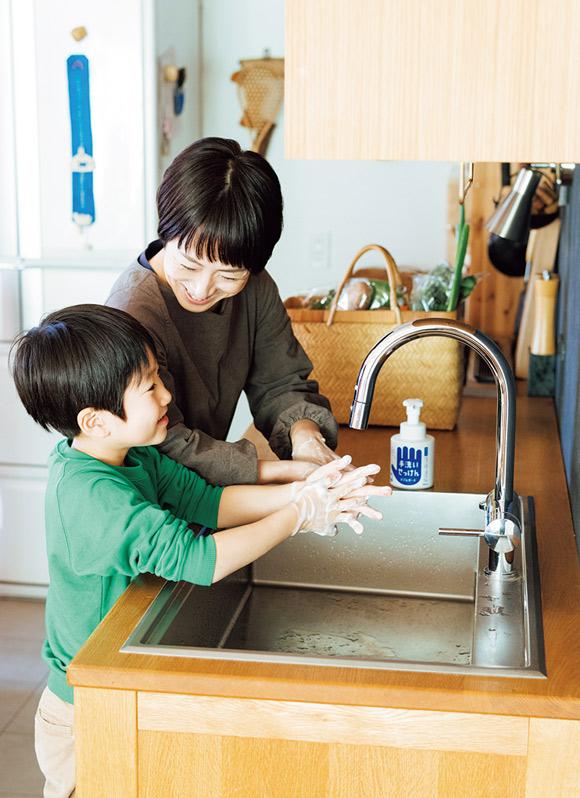 画像: 手のひらだけでなく、指の間、指先、手の甲、手首とていねいに洗う息子さん。「保育園で習ったことがあるみたいで、わりとしっかり洗えています」