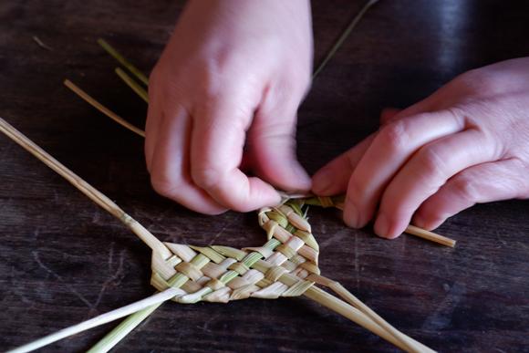 画像7: お正月飾りで余った稲わらを使い、楽しい草あそびを