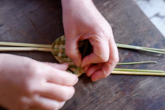 画像6: お正月飾りで余った稲わらを使い、楽しい草あそびを