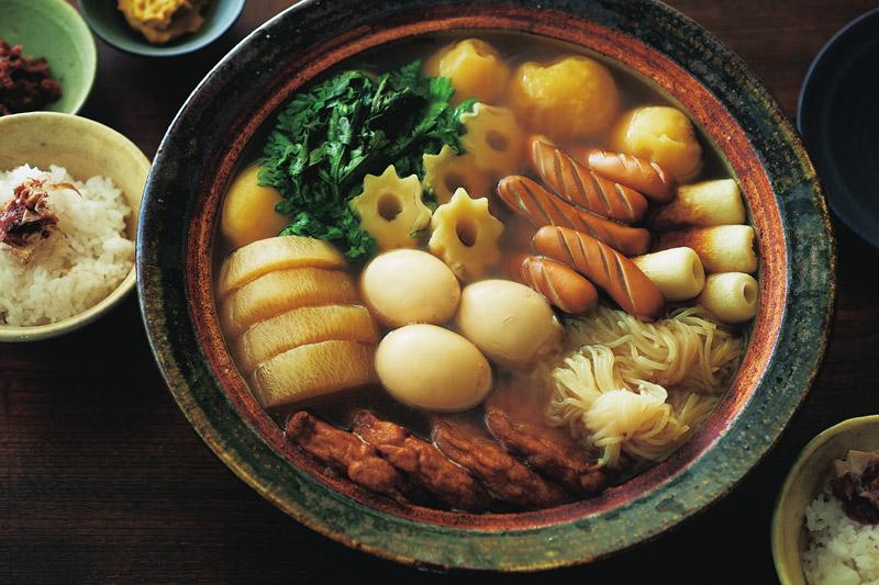 画像: 写真は、「関東炊き」とも呼ばれるしょうゆ味のおでん。関東地方ではおなじみの「ちくわぶ」が入っている。