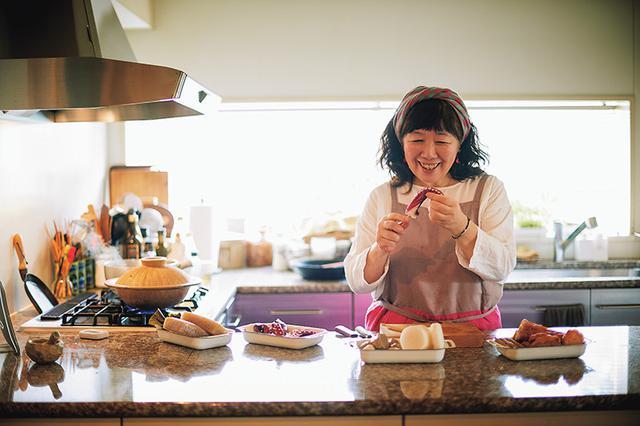 画像: おでんの下ごしらえをする枝元さん。タコは切り込みを入れて串に刺すと食べやすくなる。