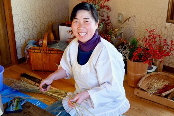 画像9: お正月飾りで余った稲わらを使い、楽しい草あそびを