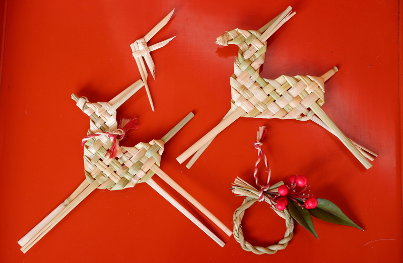 画像10: お正月飾りで余った稲わらを使い、楽しい草あそびを
