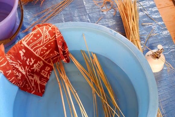 画像3: お正月飾りで余った稲わらを使い、楽しい草あそびを