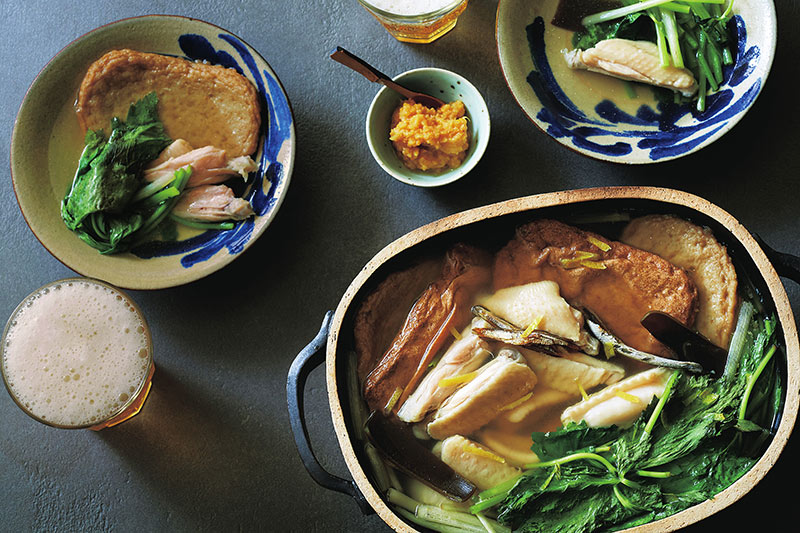 画像: だしをとる時間がない日には、昆布、いりこ、鶏スペアリブを水から火にかければ、簡単でも素材の旨味を活かしたスープに。好みの練り物を加え、塩で味を調え10分ほど煮て、根三つ葉を加える。