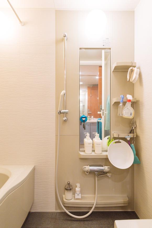 画像: 狭い浴室ですが、一日の疲れをいやす大事な場所。余計なものを置かず、掃除をラクにすることを心がけています