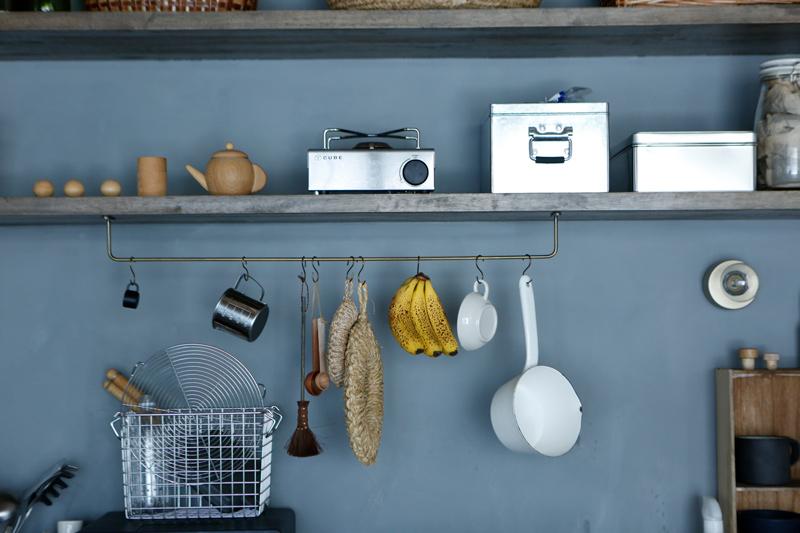 画像: よく使うツールや道具はディスプレイするように美しく並べると、家事へのやる気もアップする。造り付けの棚にはバーを付けて、小鍋やメジャーカップなどを吊るして。