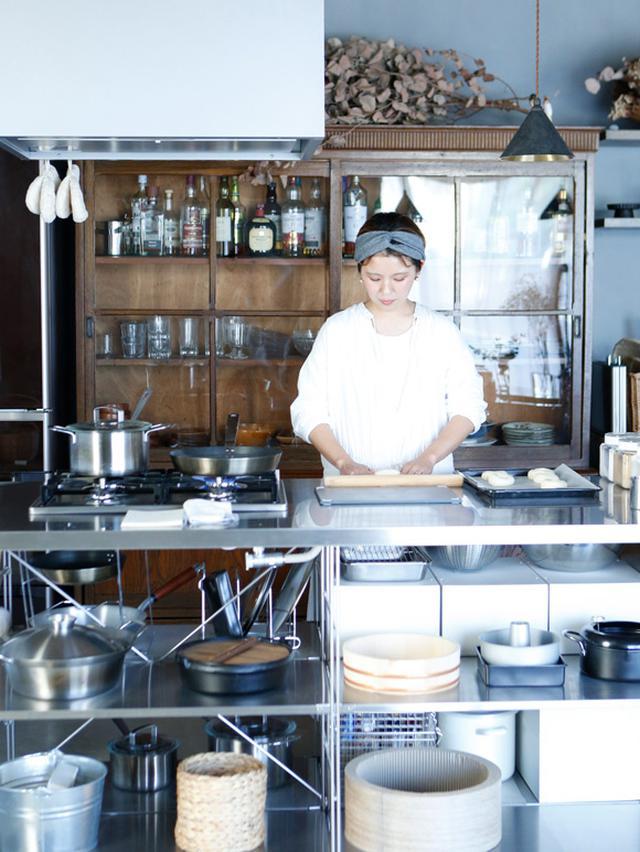 画像: キッチンはあえてオープン収納タイプを選択。フライパンや鍋などの調理器具は、出しておいても美しく感じられるデザインを厳選したことで、レストランの厨房のような雰囲気に。どこに何があるか一目瞭然で、ワンアクションで取り出せる。掃除は毎朝ササッとはたきをかけて簡単に。