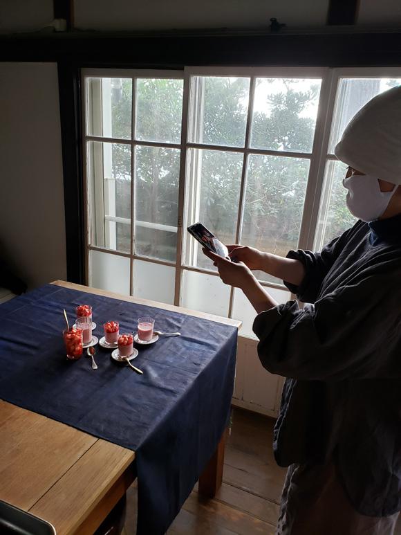 画像: 甘酒いちごプリンを撮る白崎裕子さんをパチリ