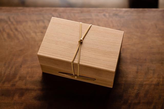 画像: 吉野杉のお弁当2段箱 22,000円 (大阪・箱屋常吉)