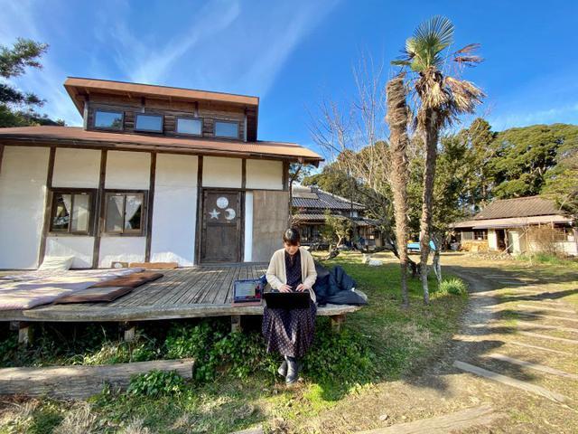 画像: 日向ぼっこをしながら作業をする齋藤。広々と解放的で、長時間移動の疲れも、自然にとれていきました。