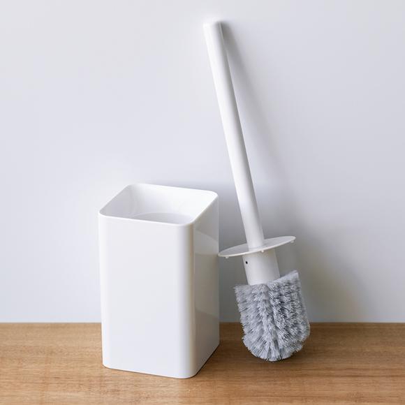 画像: トイレや洗面所に置いても気にならないデザインのケースはもちろん、掃除のしやすさを考え抜いてつくられたブラシ。ブラシだけ買い替え可能