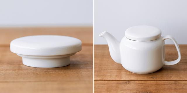 画像: 1984年にスタートした「磁器ベージュ」シリーズは、どんな料理も引き立てるデザインと使い勝手のよさが人気。現在ではさまざまなサイズの皿や鉢、カップなど、幅広いラインナップがそろう。ポットは14年ほど前に発売。デザインが変わらないため、長年使っていた人がふただけ買い直すことも可能