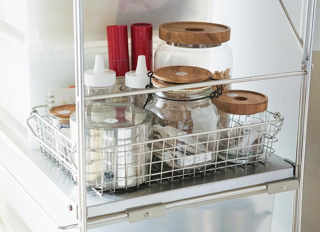 画像: 台所のオープンラック。ワイヤーバスケットにお茶類を収納