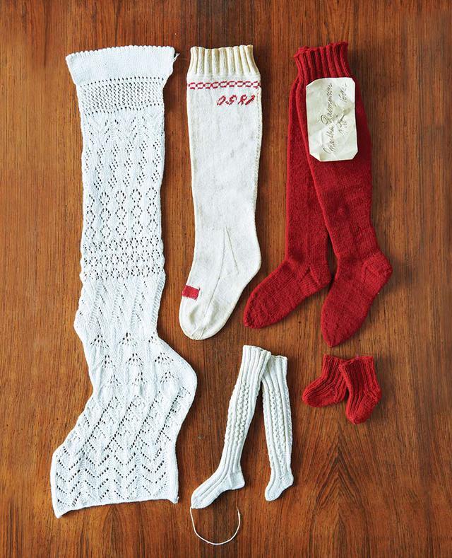 画像: 棒針の靴下。上中央は、デザイナー、ヨーガン・レール氏の高祖母の方がつくられた1850年のもの。氏より寄贈