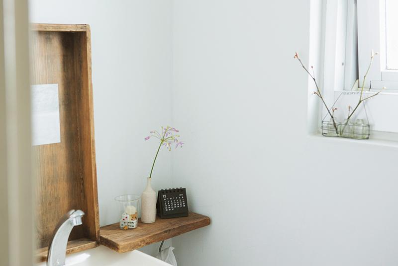 画像: 本多さんの家のトイレ。植物やポストカードなどを飾って、ほっと落ち着くスペースになっている